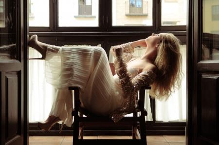 Retrato de una mujer sexy rubia en la ventana Foto de archivo - 17645322