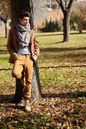 Retrato de un hombre joven y guapo, modelo de moda, con tupé en un parque Foto de archivo - 17658119