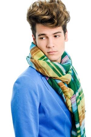 male fashion model: Retrato de una joven atractiva, que llevaba chaqueta azul y una bufanda con corte de pelo moderno