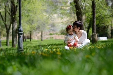 pique nique en famille: Portrait de la m�re et petite fille jouant dans le parc Banque d'images