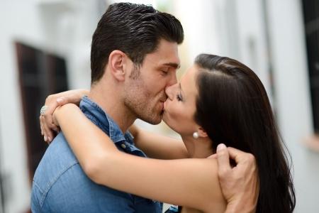 baiser amoureux: Attractive jeune couple s'embrassant dans la rue Banque d'images
