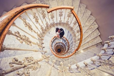 ちょうど結婚されていたカップル一緒に螺旋階段で 写真素材 - 22088561