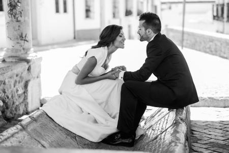 ちょうど結婚されていたカップル一緒に都市の背景 写真素材 - 22088577