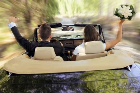 Enkel echtpaar samen in een oude auto