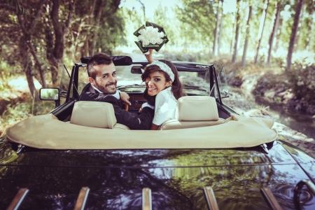 recien casados: S�lo se cas� con pareja juntos en un coche viejo Foto de archivo