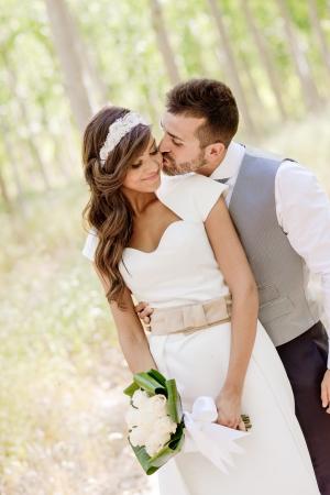 just married: Sólo se casó con pareja juntos en el fondo de la naturaleza