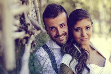 Net getrouwd paar samen in de natuur achtergrond Stockfoto