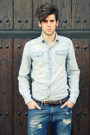 tendencja: Portret młodego przystojny mężczyzna, model mody, z nowoczesną fryzurę