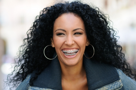jasny: Portret młodej kobiety czarnym uśmiecha z szelkami