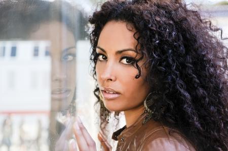 Portret van een jonge zwarte vrouw, afro kapsel, in de stedelijke achtergrond Stockfoto