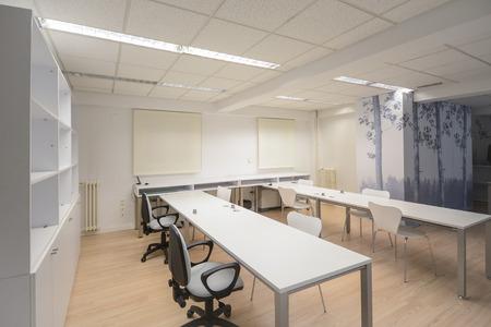 muebles de oficina: Vaciar la oficina moderna, con muebles de color blanco