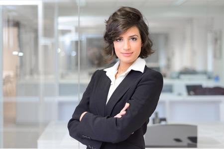 Portret van een zakenvrouw in een kantoor. Gekruiste armen