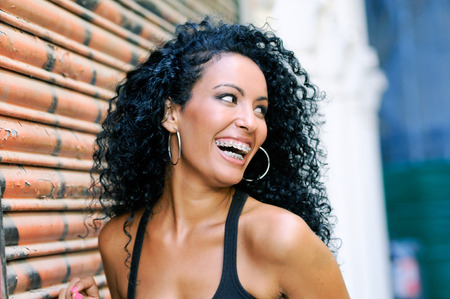中かっこに笑みを浮かべて若い黒人女性の肖像画 写真素材