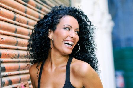 ortodoncia: Retrato de una mujer sonriente joven negro con tirantes Foto de archivo