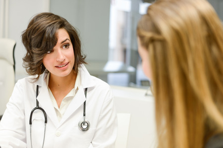 Pacjent: Kobieta lekarza wyjaśniając diagnozy do jej chorej