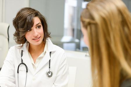 pacientes: Mujer m�dico explica diagnosis a su paciente femenino