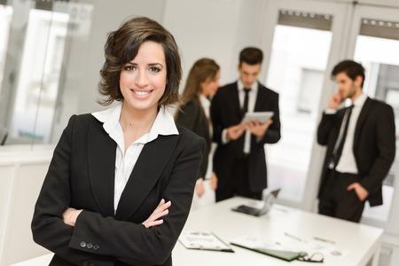 Afbeelding van zakenvrouw leider op zoek naar camera in werkomgeving