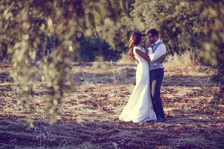 ちょうど結婚されていたカップル一緒に自然の背景に