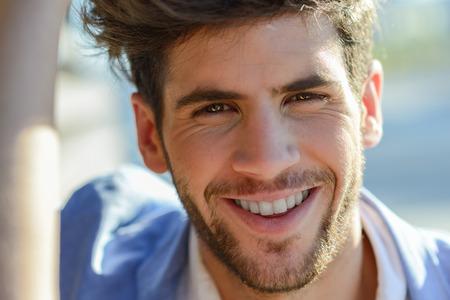 beau mec: Portrait de jeune homme souriant