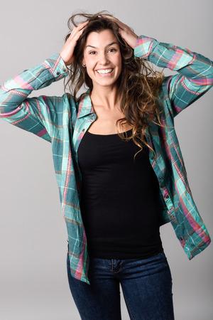 ropa casual: Retrato de la hermosa mujer joven y sonriente, modelo de moda, vistiendo ropa casual. Tiro del estudio Foto de archivo