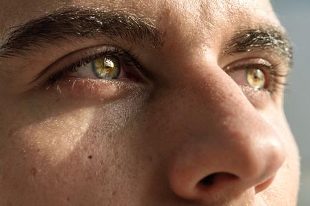 Close-up shot di occhio dell'uomo. L'uomo con gli occhi azzurri. Archivio Fotografico - 37341323
