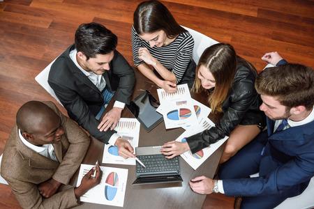 trabajo en equipo: Empresarios, el trabajo en equipo. Grupo de personas ocupadas multiétnicas que trabajan en una oficina. Vista superior