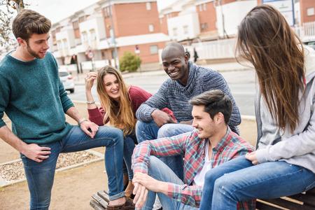 一緒に楽しんで屋外都市背景の多民族の若い人たちのグループ 写真素材 - 39303085