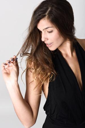 ropa casual: Retrato de mujer joven y bella, modelo de moda, vistiendo ropa casual. Tiro del estudio