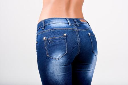 culetto di donna: Donna che indossa blue jeans con una bella vita. Studio shot