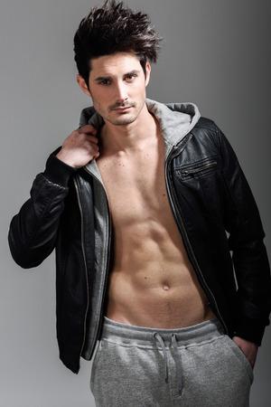 beau mec: Portrait d'un homme athlétique portant la veste de coton ouaté. Studio, coup Banque d'images