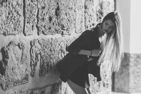 caras felices: Retrato de la muchacha rubia joven con ropa casual en el fondo urbano
