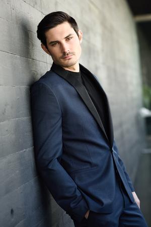 modelos hombres: Retrato de un hombre de negocios joven atractiva al aire libre, el uso de traje moderno.