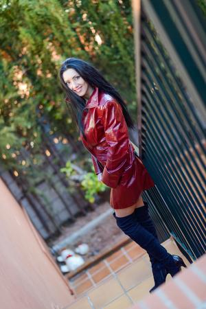 chaqueta de cuero: Retrato de mujer hermosa con el pelo largo en fondo urbano Foto de archivo