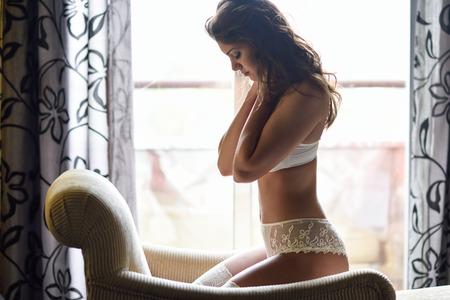 modelo desnuda: Sexy joven vistiendo ropa interior de la novia. Sujetador negro y bragas