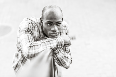 ropa casual: Portrait of black man wearing casual clothes in urban background