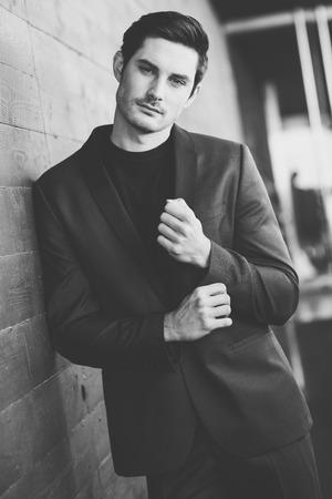 modelos negras: Retrato de un hombre de negocios joven y atractiva al aire libre, el uso de traje moderno.