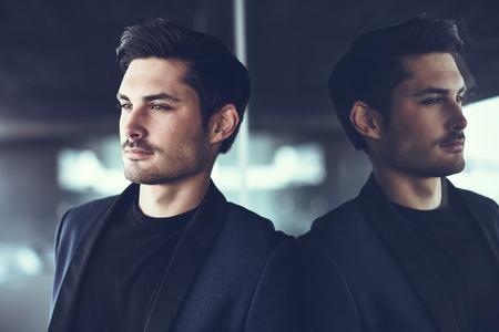 modelos hombres: Retrato de un hombre atractivo, modelo de la manera, vestido con traje moderno.