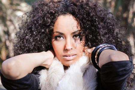 modelos negras: Retrato de una mujer joven negro, peinado afro, en el fondo urbano