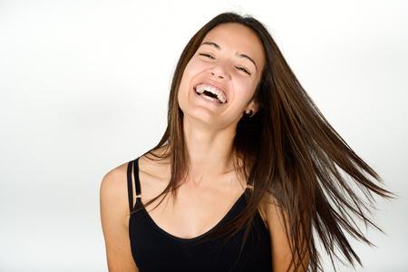 Mooie jonge vrouw zonder make-up lachen. Mooi meisje met groene ogen, model van mode dragen zwarte tank top op een witte achtergrond.