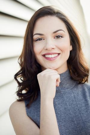 Giovane e bella donna, modello di modo, sorridente in fondo urbano