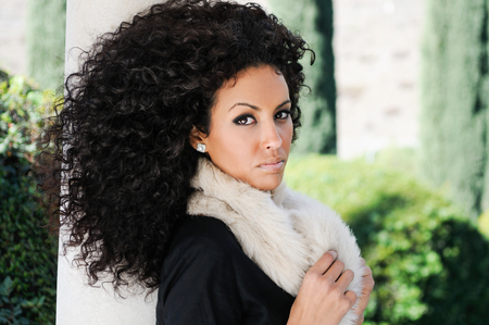 black hair: Retrato de una mujer joven negro, peinado afro, en el fondo urbano