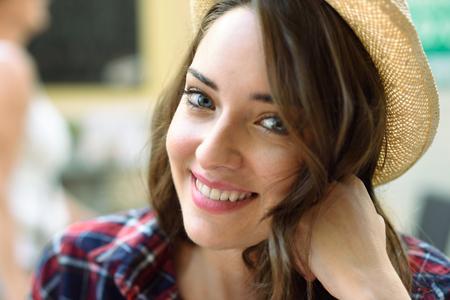Close-up-Porträt der jungen Frau mit schönen blauen Augen kariertes Hemd und Sonnenhut