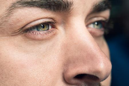 Close-up shot di occhio dell'uomo. L'uomo con gli occhi azzurri. Archivio Fotografico - 79412740