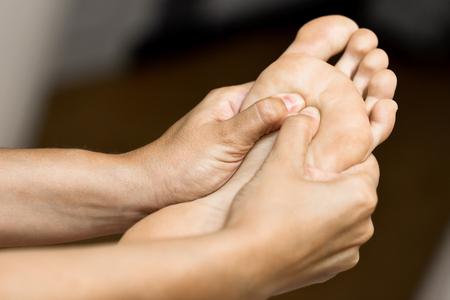 물리 치료 센터에서 발에 의료 마사지. 그녀의 환자를 검사하는 여성 물리 치료사.