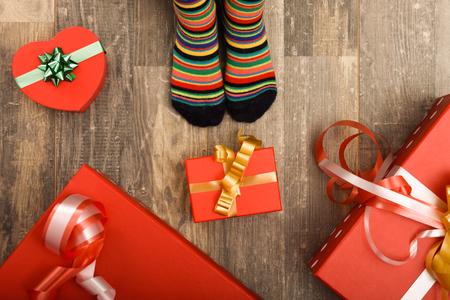 木製の床に小さな子供たちの足。クリスマスの休日の概念