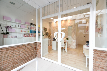 Beauty center, wellness and spa salon entrance. Banque d'images - 117101325