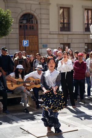 GRANADA, SPAIN 10th MARCH 2019: Flamenco dancer dances for tourists in Plaza Nueva. 新聞圖片