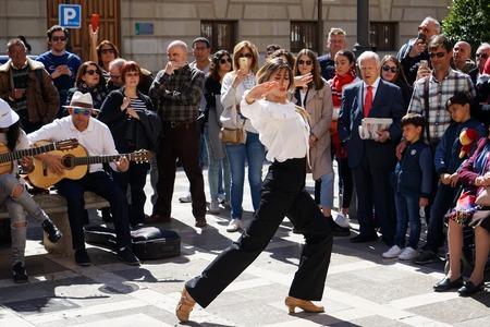 GRANADA, SPANIEN 10. MÄRZ 2019: Flamenco-Tänzerin tanzt für Touristen auf der Plaza Nueva.