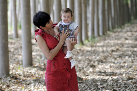 Mother and her little daughter in the forest 版權商用圖片