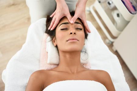 Vrouw die hoofdmassage in kuuroordwellnesscentrum ontvangt. Stockfoto